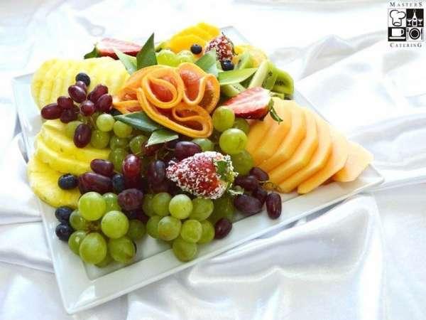 Świeże krojone owoce: melon, winogrona, ananas, kiwi